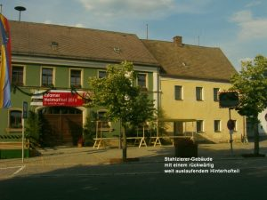 """Rechts im Bild das sog. """"Stahlzierer-Haus"""". Jetzt befindet sich davor der """"Zoigl-Brunnen""""."""